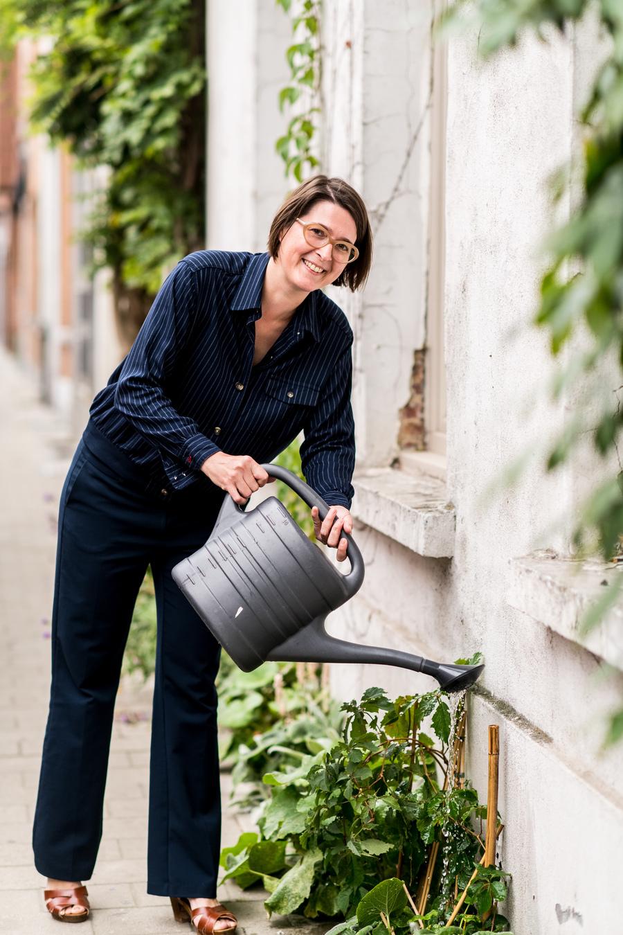 Borgerhoutenaar Greetje verzorgt haar geveltuintje