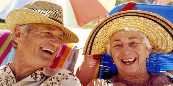 Zonnende mensen met een hoedje tegen de zon.