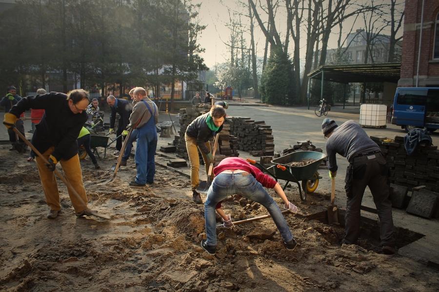 Een groep mensen schopt de zavel uit de grond