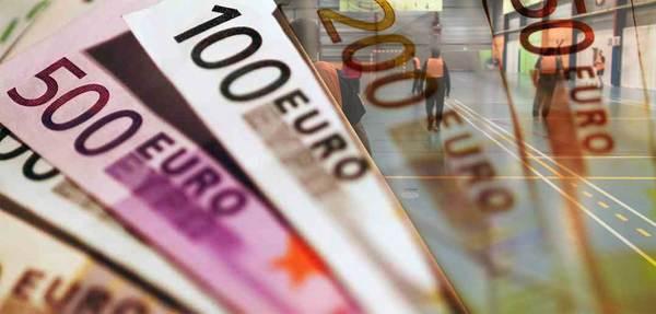 Foto van geldbiljetten op beeld van sporthal