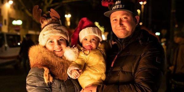 Koppel en hun baby op de kerstmarkt