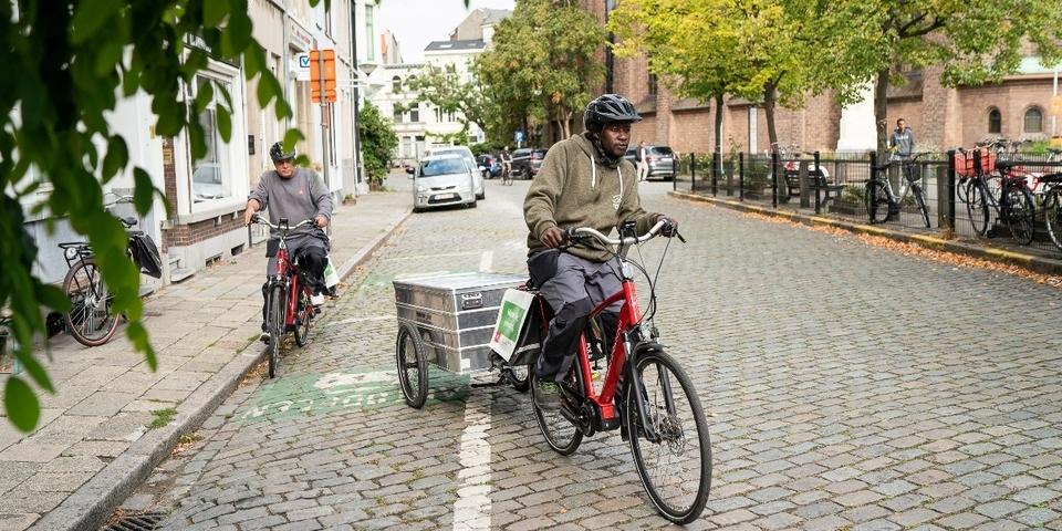 De energiescanners komen met de fiets en aanhangwagen vol materiaal naar u thuis.