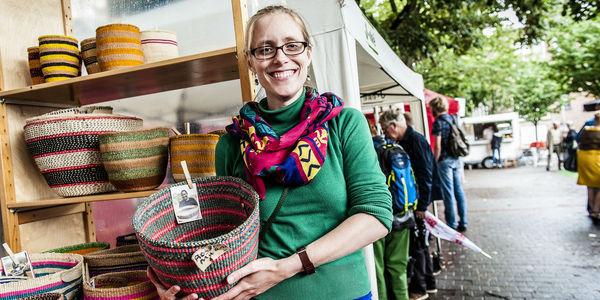 Een designer toont haar creatieve ontwerpen op de Markt van Morgen.