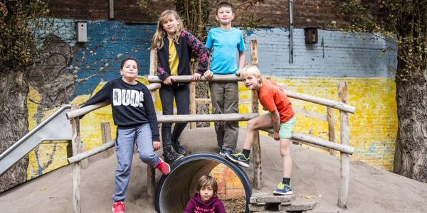 Enkele leerlingen op speelplaats De Kleine Wereldburger