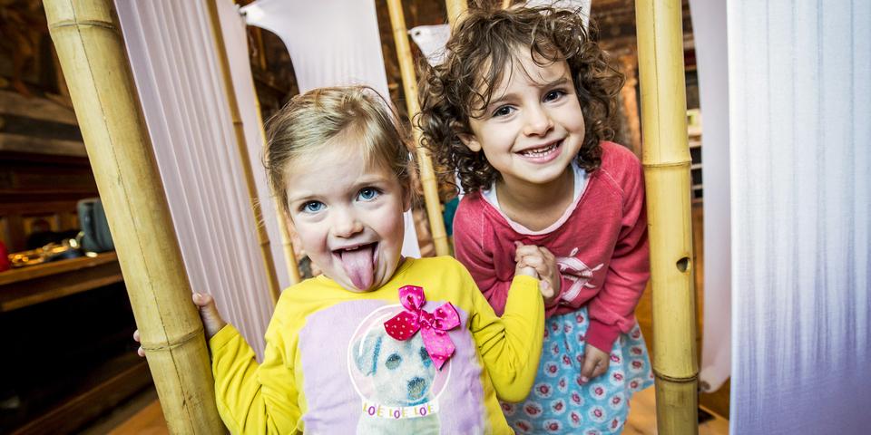 Twee meisjes spelen samen.