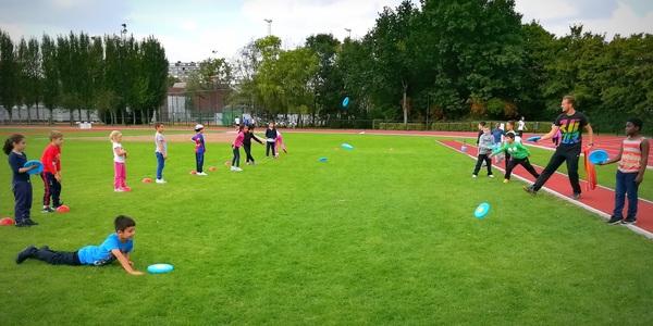 Leerlingen sporten tijdens scholensportdagen