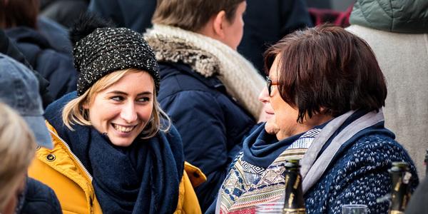 Twee vrouwen aan het praten op de Nieuwjaarsreceptie