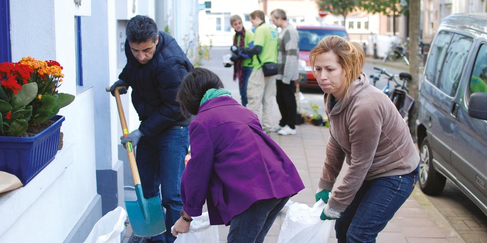 Buren zorgen samen voor meer groen in de straat.