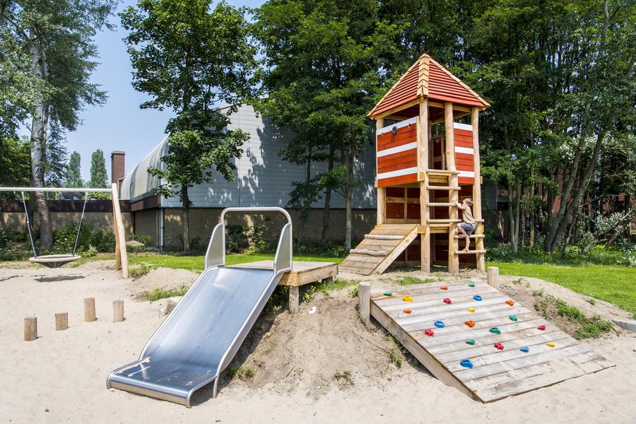 In het sport- en speelterrein in de wijk Regatta is ook een speeltuin voor de kleinsten.