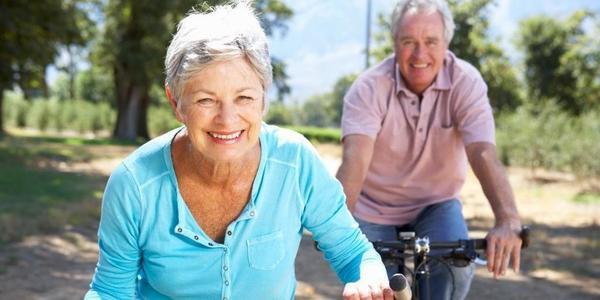 fietsende senioren