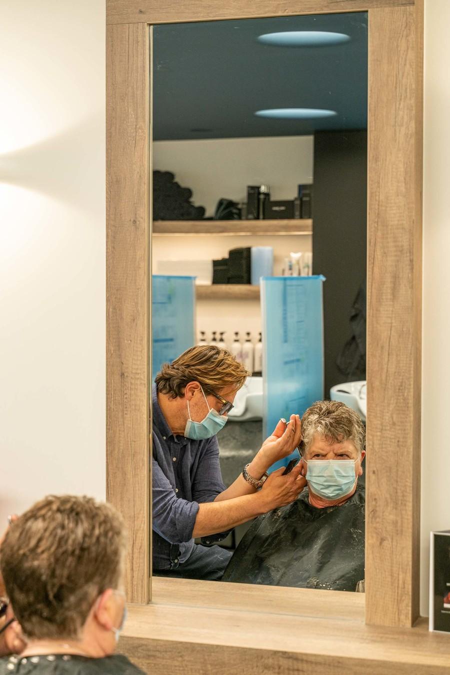 Dave knipt de haren van een vrouw