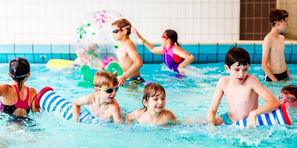 Kinderen spelen in het kleine bad