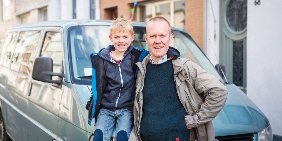 Vader en zoon bij hun auto