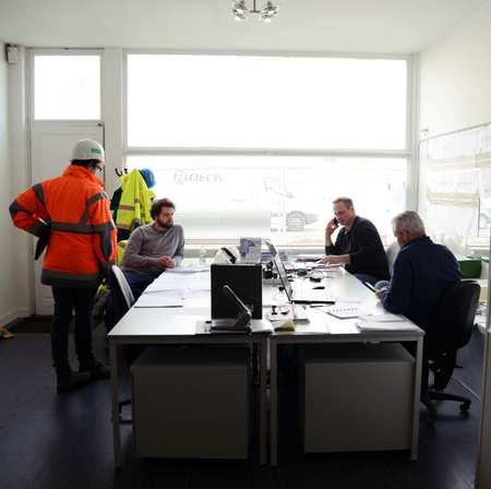 Werftoezichter in gesprek met de projectleiders