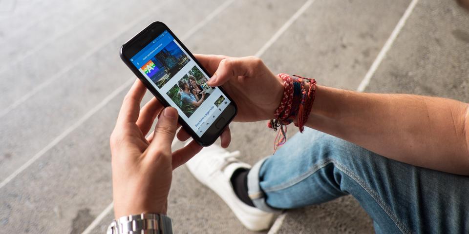 Man leest op zijn smartphone de nieuwsbrief antwerpen.be