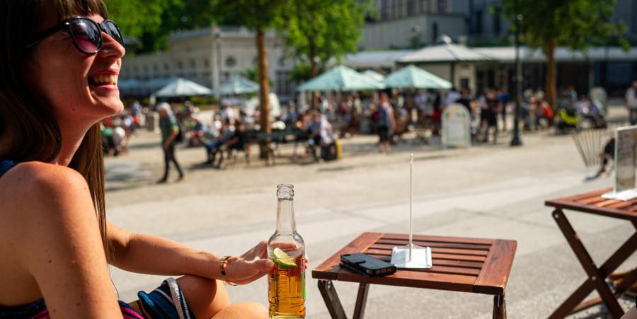 Vrouw zit op zonnig terras