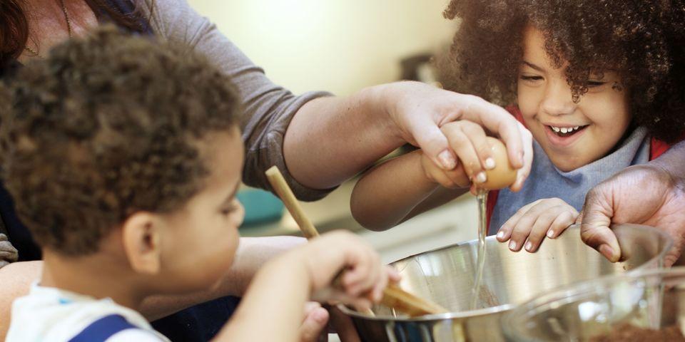 Twee kinderen helpen tijdens het koken.