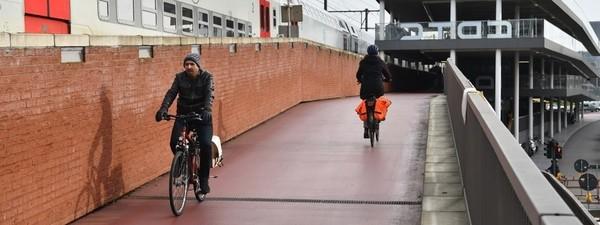De fietsbrug aan station Berchem