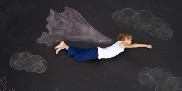 Kind vliegt door de lucht.