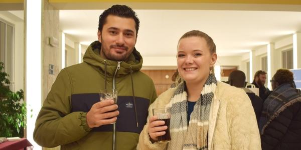 nieuwe inwoners van Merksem heffen het glas tijdens de onthaalavond
