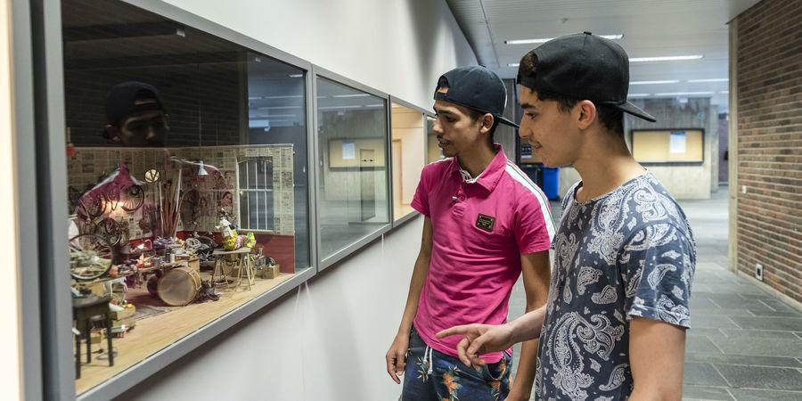 Twee studenten bewonderen het Museum op Schaal