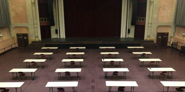 Tafels opgesteld voor studenten in De Roma