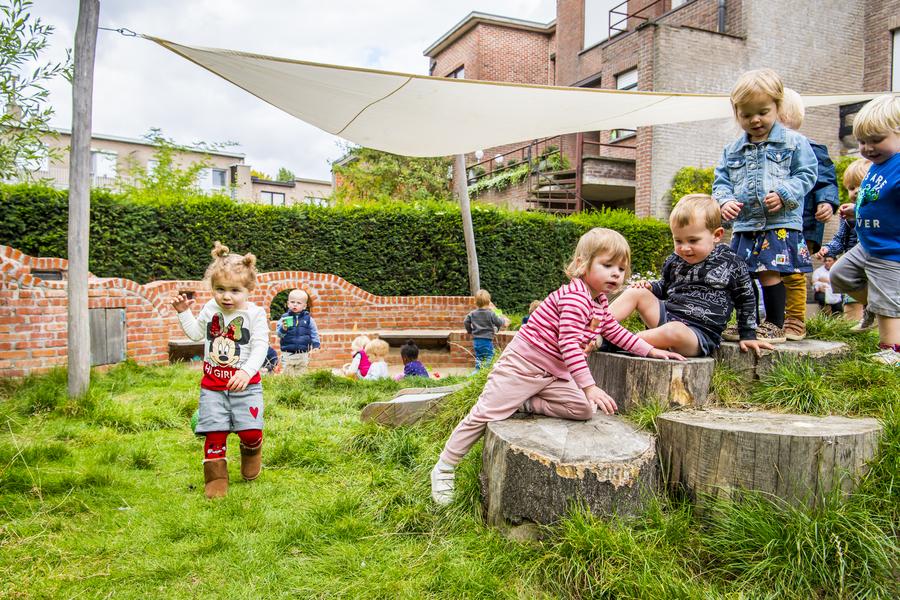 Kinderen spelen op de speelheuvel