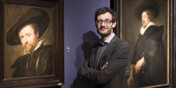 Curator Bert Watteeuw tussen twee portretten van Rubens