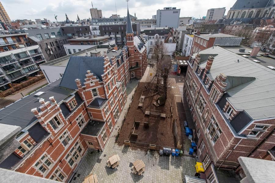 Luchtfoto van het binnenplein. De gebouwen links in beeld, met o.a. de kapel, worden gebruikt voor de werking van De Grote Robijn.