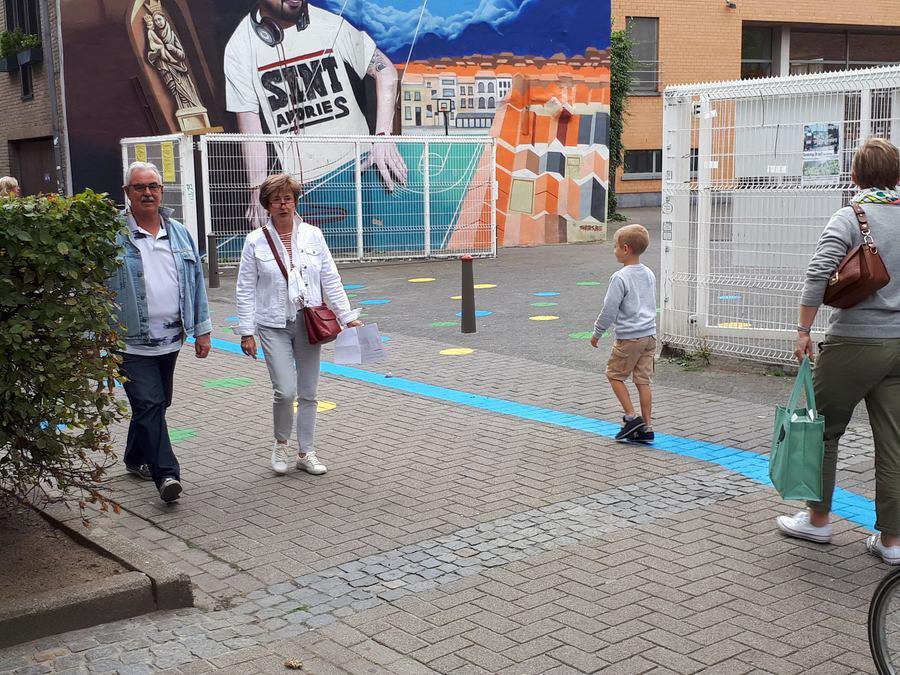 gekleurde speelstippen verbinden de straat en het Pagadderplein