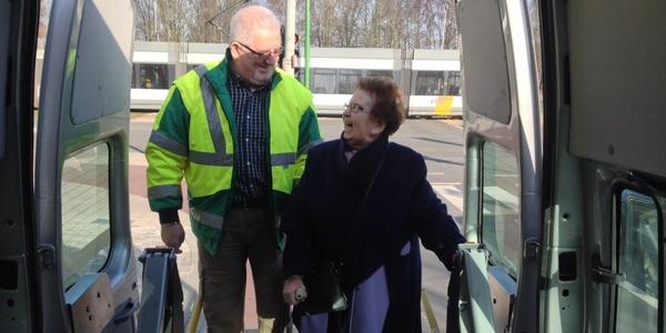 Vrijwilliger Jean-Pierre vervoert Mariette.