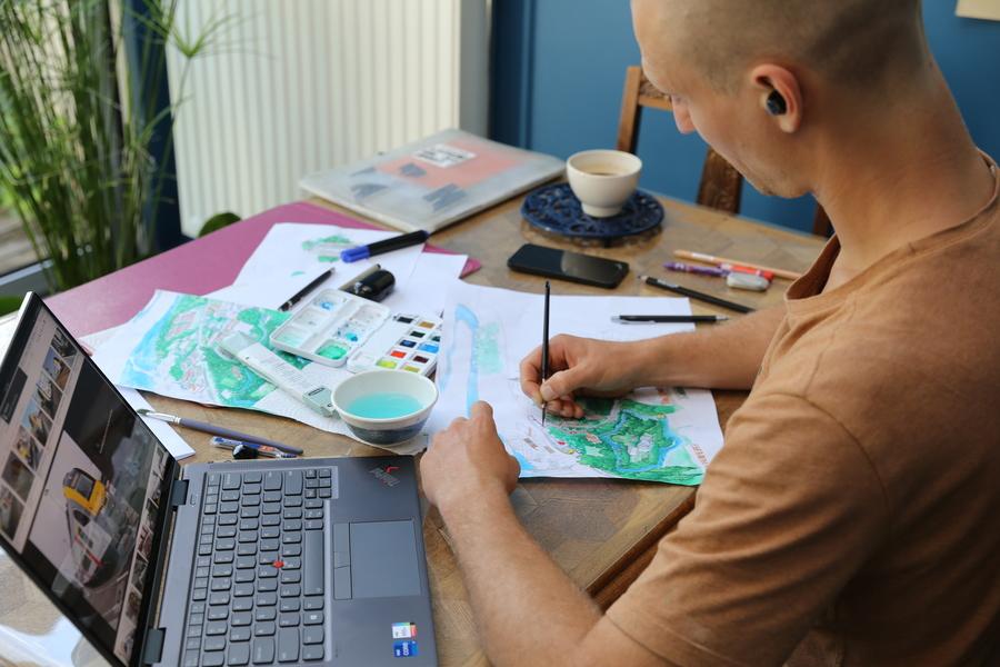 Rik Willemen schetst de trein door middel van een afbeelding op zijn laptop