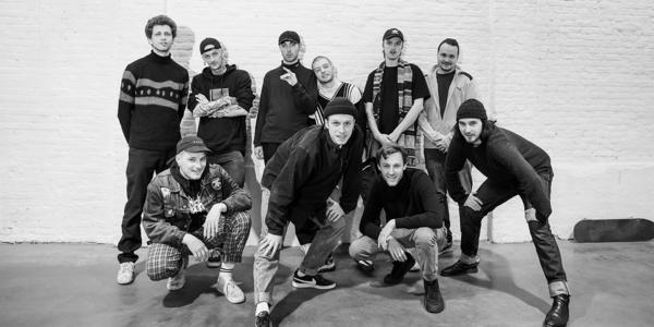 de artiesten van het muzieklabel Flatgebouw samen op de foto