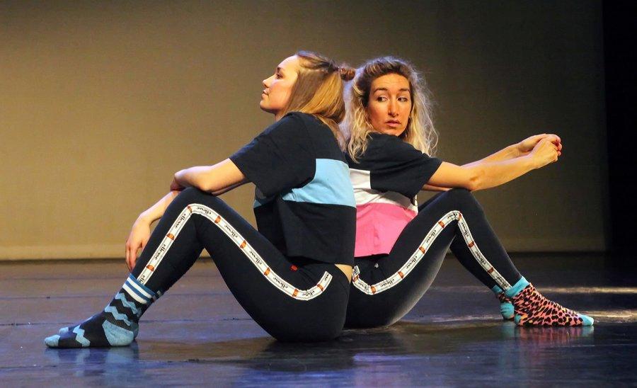 Danslesgeefsters Sarah en Lylou op het podium
