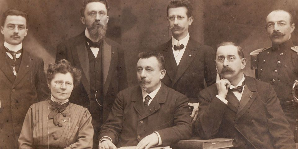 Inrichtend comité van het Wereldcongres Esperanto te Antwerpen in 1911  Staande v.l.n.r.  : Frans Schoofs, Willem Van der Biest, Louis Ritschie, F. Dupont  Zittend v.l.n.r. : Maria Posenaer, Amatus Van der Biest-Andelhof, Oscar Van Schoor