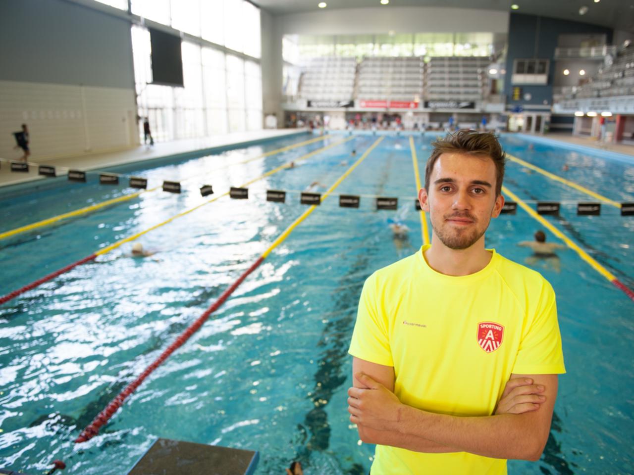 Redder-jobstudent Lukas in zwembad Wezenberg