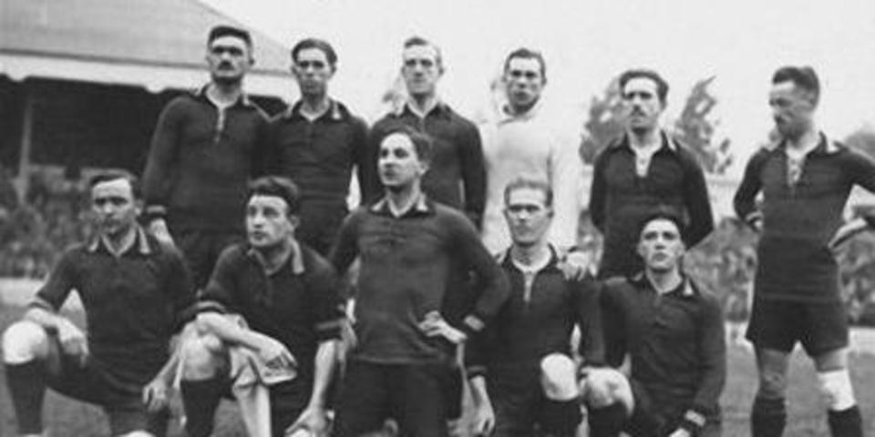 Belgische voetbalploeg tijdens Olympische Spelen 1920 (Rik Larnoe, onderaan, 2e van links)