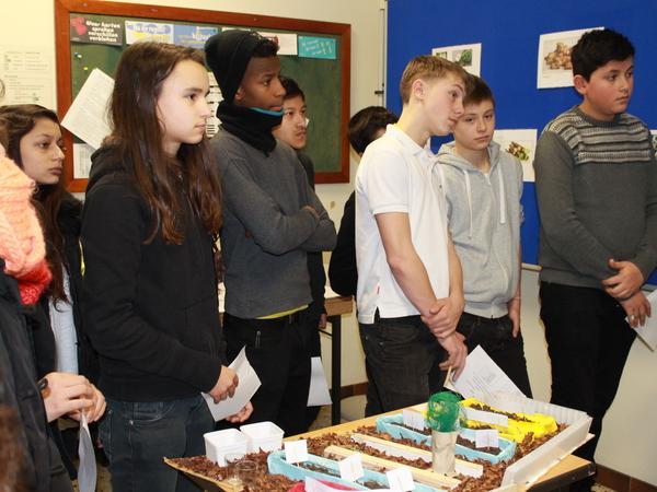 Leerlingen komen op bezoek in het reclamelokaal