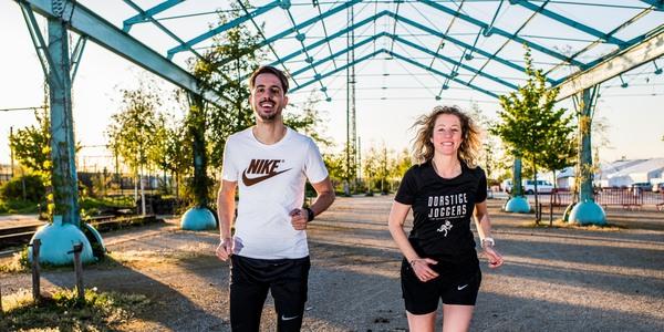 Ilias en Laura lopen onder de hangar op Spoor Oost