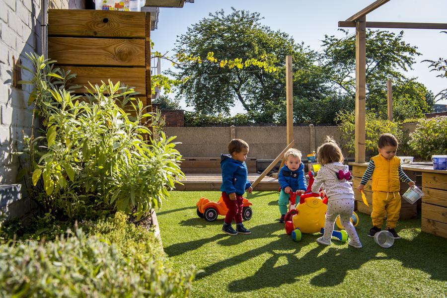 Kinderen spelen in de nieuwe speelruimte