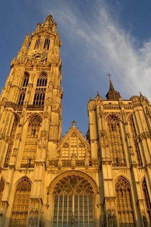 De Onze-Lieve-Vrouwekathedraal gezien vanaf de handschoenmarkt