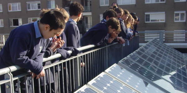 Leerlingen bekijken de zonnepanelen op het dak van het EcoHuis