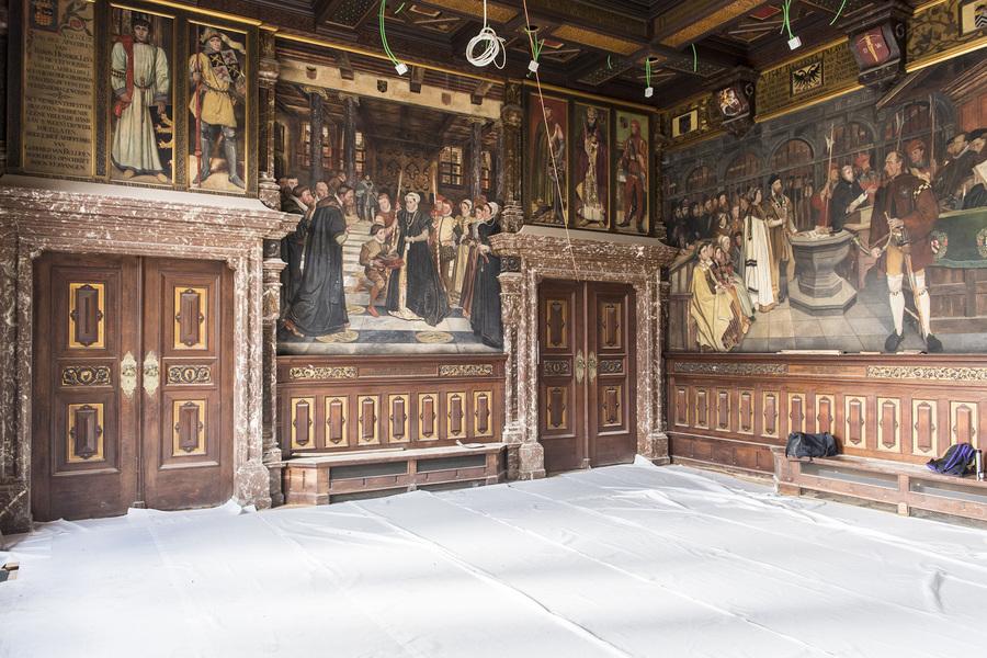 Een lege zaal waarin de vloer beschermd wordt tijdens de werken.