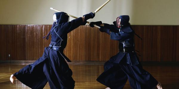 Twee kendo-beoefenaars aan het werk