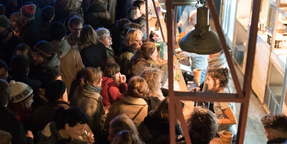 vrijwilligers bedienen festivalbezoekers tijdens Wintervuur