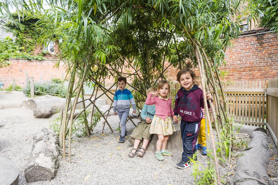 Kinderen staan in een wilgenhut