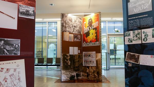 Zuil met teksten en beelden uit de bevrijdingsperiode.
