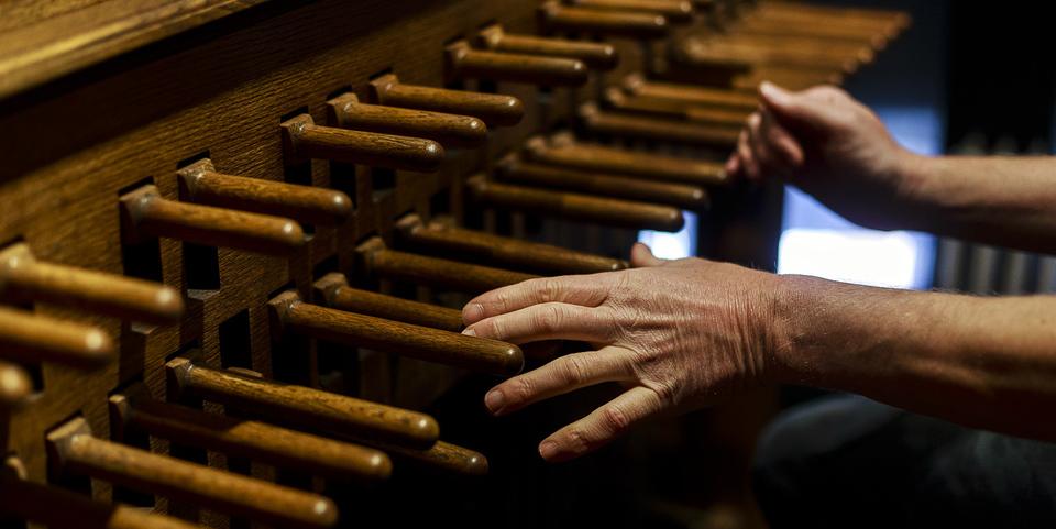 beiaardier Koen Van Assche bespeelt de beiaard in de kathedraaltoren