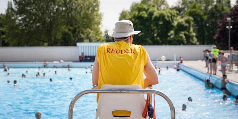 redder houdt toezicht aan het zwembad