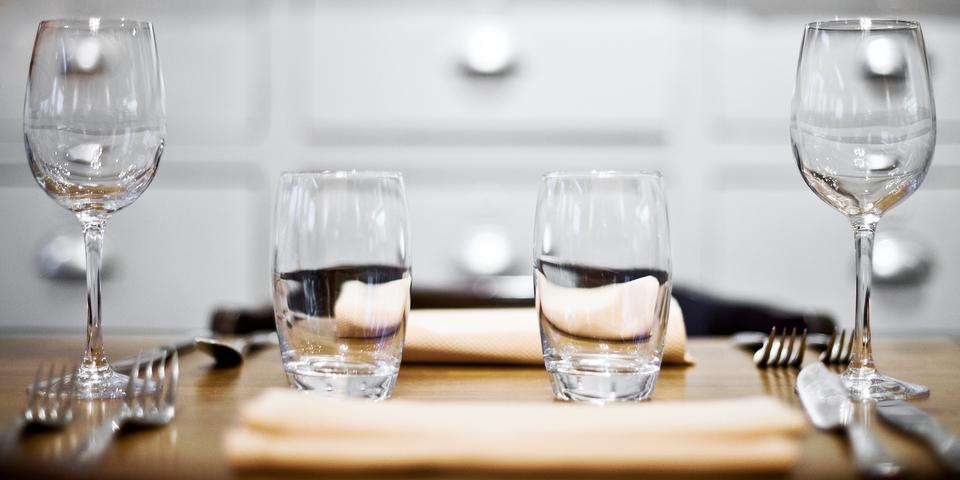 Tafel met bord, glazen en bestek